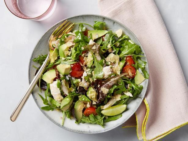 Фото Зелёный салат с курицей, авокадо и кукурузными чипсами