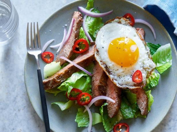 Салат со стейком и яйцом