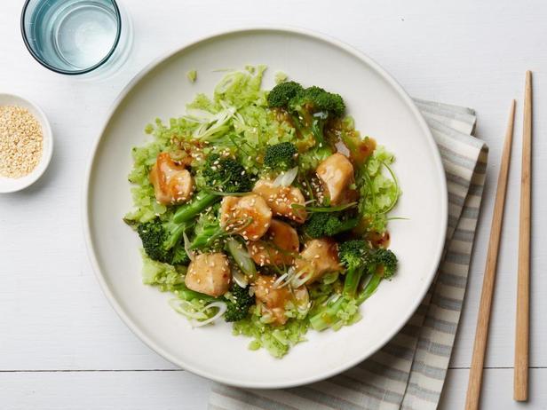 Курица в кунжуте с рисом из брокколи