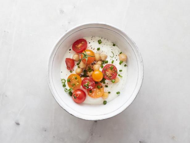 С нутом: нут, помидоры черри, морская соль в хлопьях и шнитт-лук