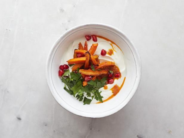 С морковью: харисса, запеченная морковь, гранат и петрушка