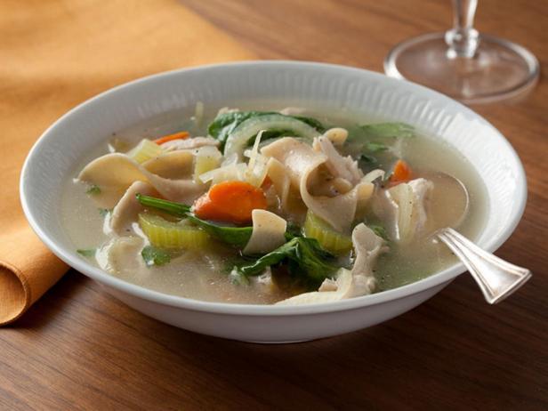 Куриный суп со шпинатом и цельнозерновой лапшой