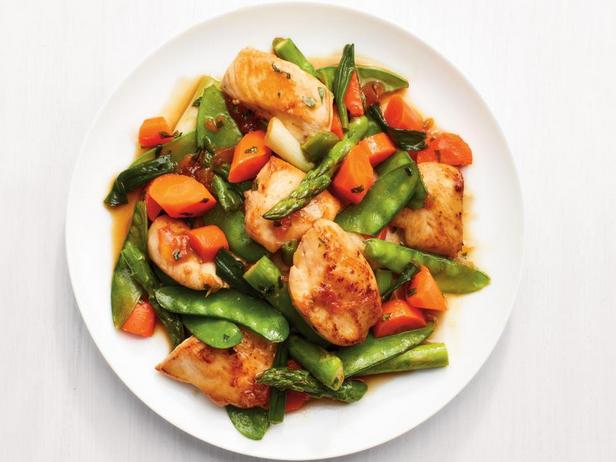 Курица, жаренная с весенними овощами в абрикосовой глазури