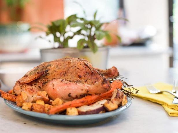 Курица с ароматными травами и печёными корнеплодами в духовке