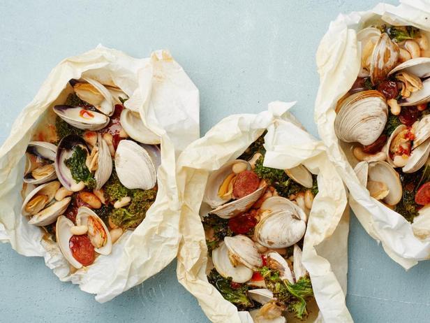 Моллюски с капустой кейл и колбасой чоризо в пергаменте