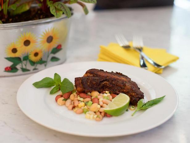 Жареный хек в пряностях с охлаждённым фасолевым салатом