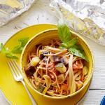 Полезные спагетти с летними овощами в фольге на гриле
