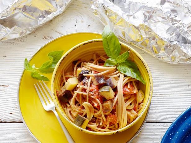 Фото Полезные спагетти с летними овощами в фольге на гриле