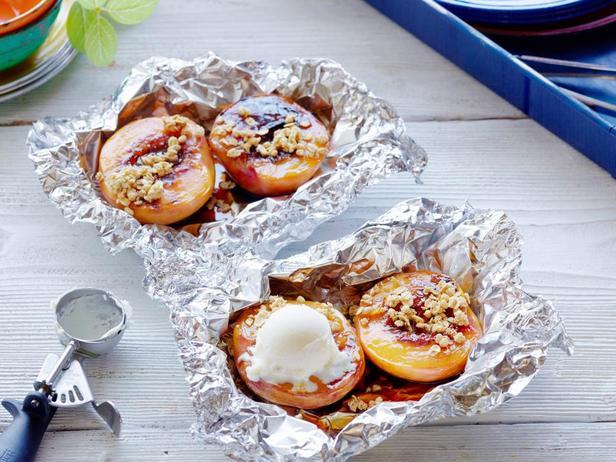 Фото Крисп из персиков в фольге на гриле