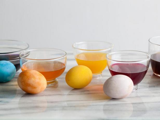 Фото Окрашивание пасхальных яиц натуральными красителями
