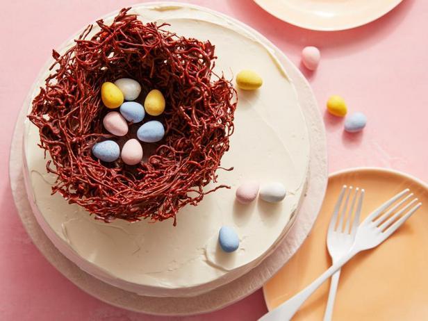 Фото Пасхальный торт с птичьим гнездом и мини-яйцами