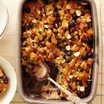 Хлебный пудинг с диким рисом, черникой и апельсиново-карамельным соусом