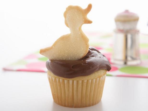 Фото Классические ванильные капкейки с шоколадным кремом