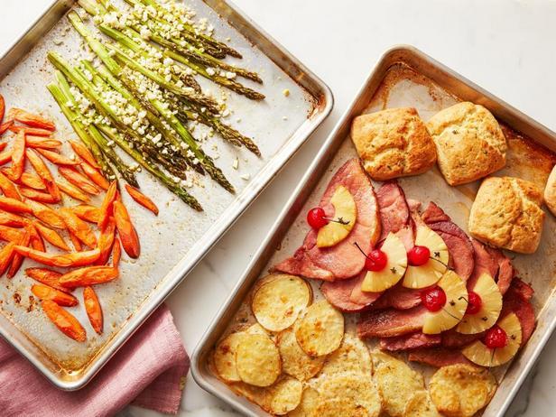 Пасхальный ужин из ветчины, овощей и сдобной булочки на двух противнях