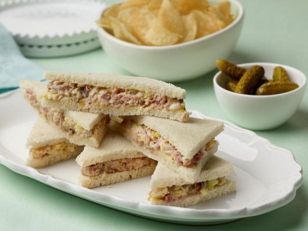 Бутерброд с ветчиной и маринованными огурцами