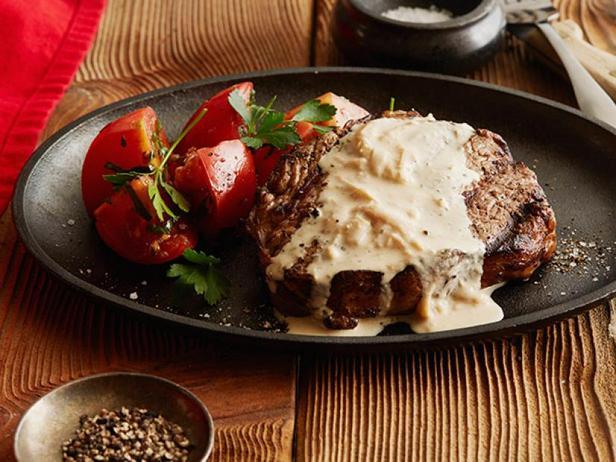 Фото Стейк рибай с соусом из лука и голубого сыра