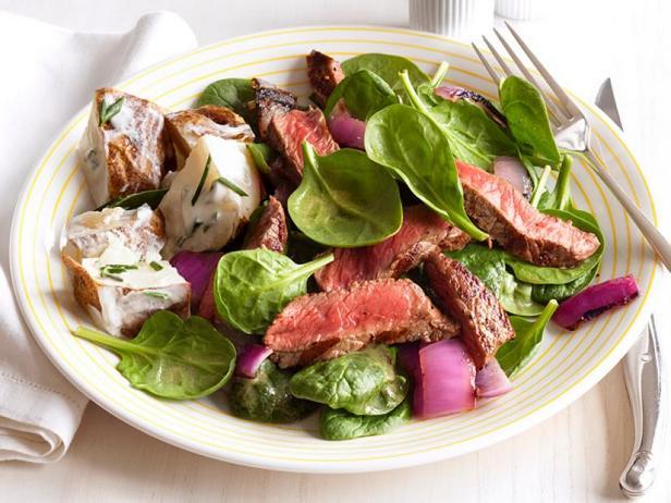 Фото Стейк сирлойн и лук на гриле со шпинатом и картофелем в сметане