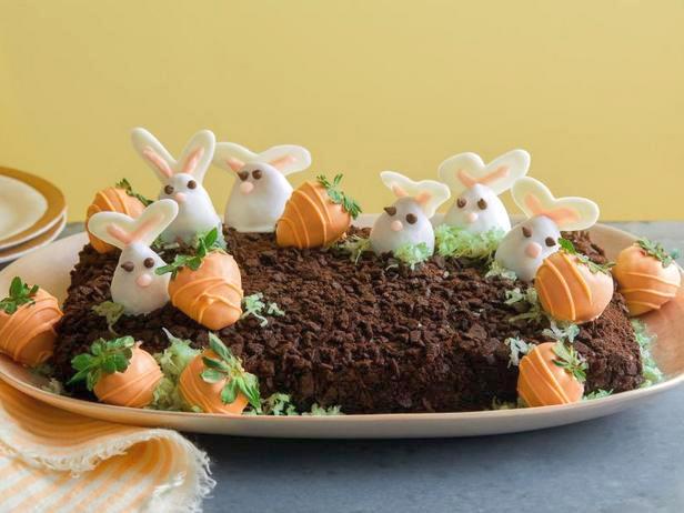 Фото Торт с кроликами и морковками из клубники