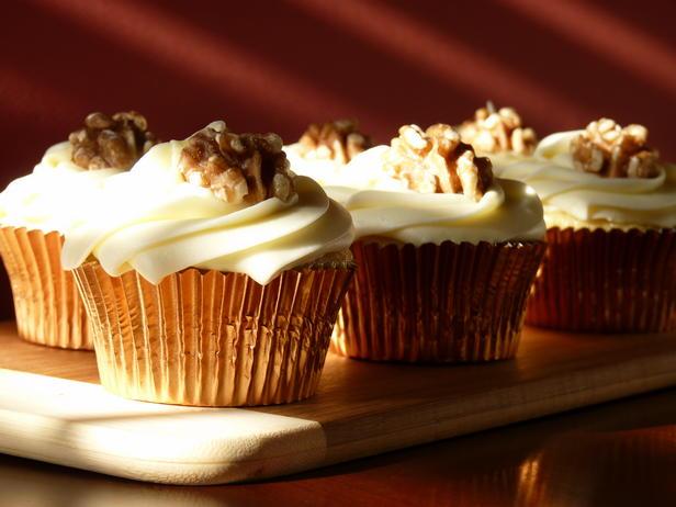 Фото Кленовые капкейки с грецкими орехами и глазурью