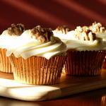Кленовые капкейки с грецкими орехами и глазурью