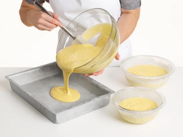 Испеките бисквит в формах