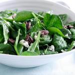 Салат из шпината с жареным пеканом и горгонзолой