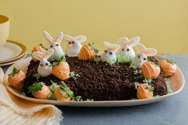 Торт с кроликами и морковками из клубники