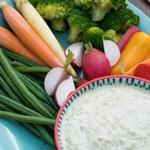 Весенние овощи с дипом из зелёного горошка