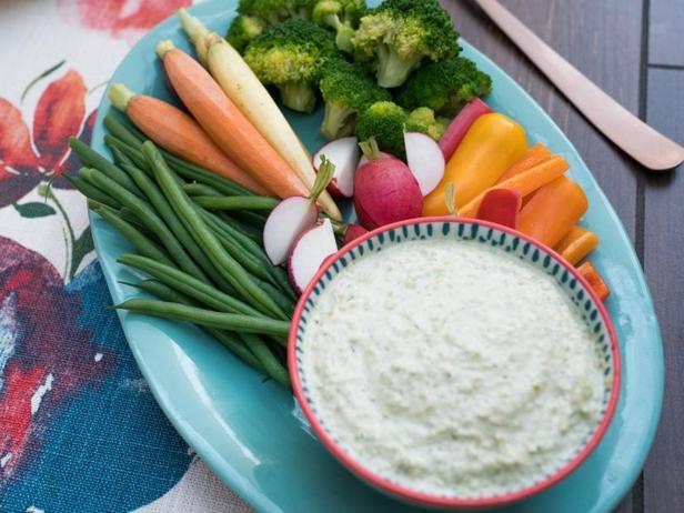 Фото Весенние овощи с дипом из зелёного горошка