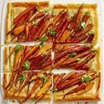 Тарт с морковью и соусом из тахини и кешью