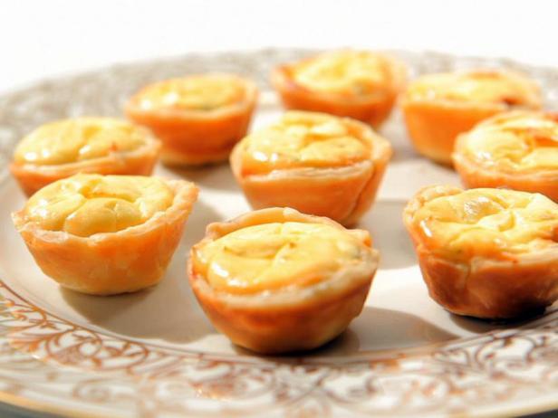 Фото Тарталетки с карамелизированным луком и козьим сыром