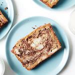 Шоколадный хлеб с кусочками бананов