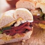 Сэндвичи со стейком, голубым сыром и печёным шалотом