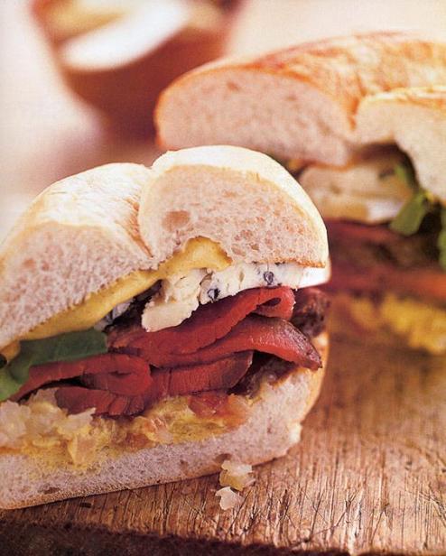 Фото Сэндвичи со стейком, голубым сыром и печёным шалотом