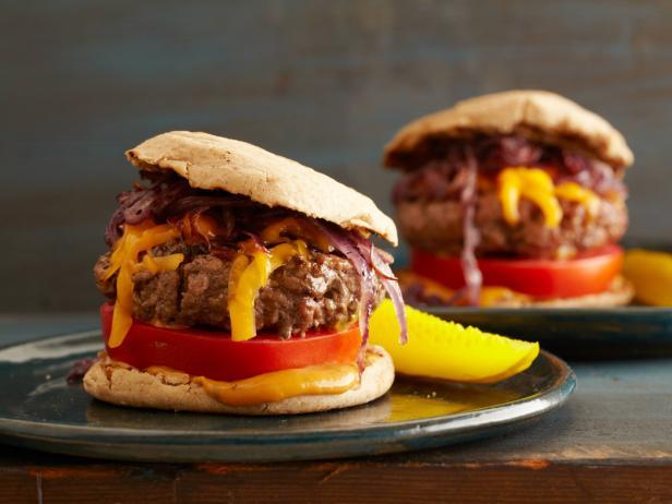 Фото Сочные чизбургеры на гриле