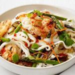 Салат из рисовой лапши с креветками-гриль