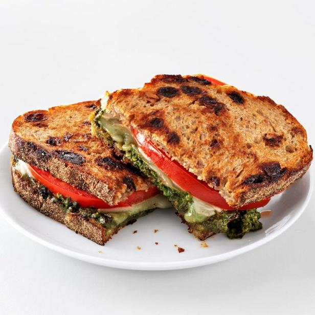 Фото Горячий сэндвич с моцареллой