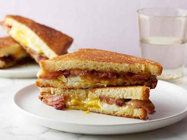 Фото Горячий сэндвич с сыром, беконом, яйцом и кленовым сиропом