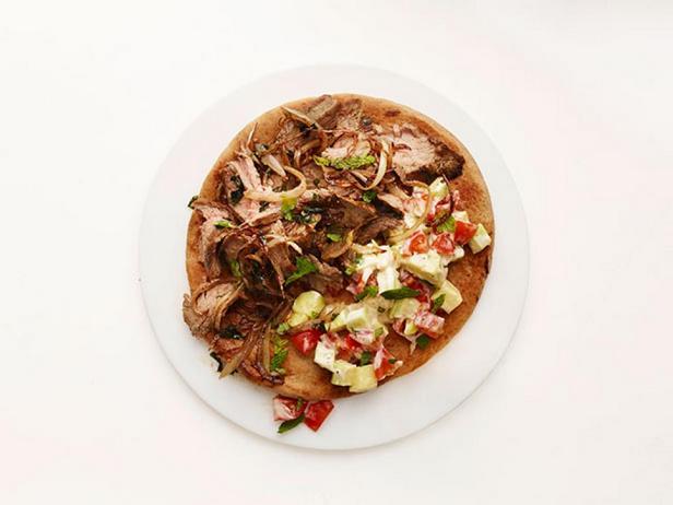 Говядина с салатом на лаваше по-восточному