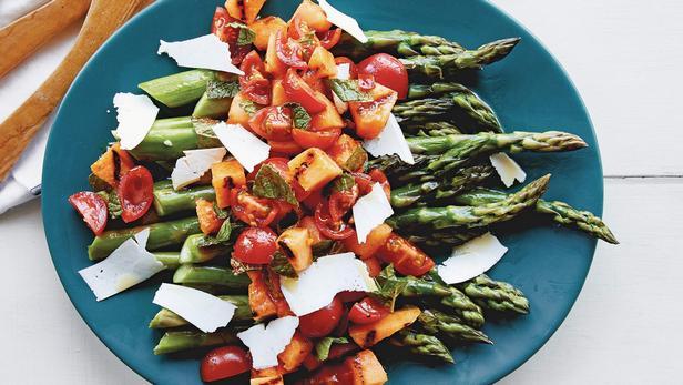 Фото Жареная на гриле спаржа с салатом из дыни