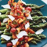 Жареная на гриле спаржа с салатом из дыни