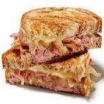 Горячий сэндвич с сыром и солониной