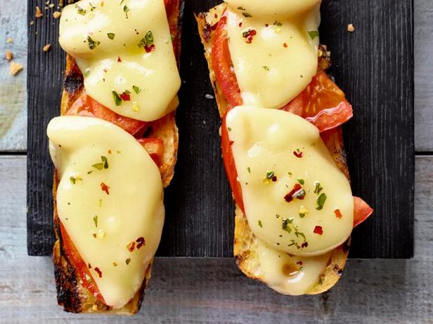 Фото Горячие бутерброды с помидорами и сыром