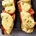 Горячие бутерброды с помидорами и сыром