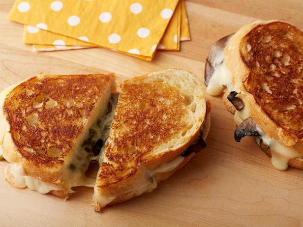 Фото Горячий сэндвич с сыром, печёным перцем поблано и грибами