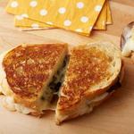 Горячий сэндвич с сыром, печёным перцем поблано и грибами