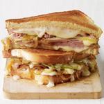 Горячий сэндвич с сыром таледжо и ветчиной