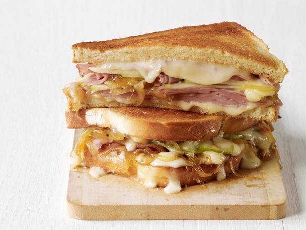Фото Горячий сэндвич с сыром таледжо и ветчиной