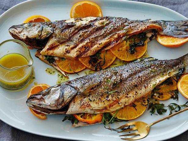 Фото Средиземноморская рыба целиком на гриле с хересной винегретной заправкой с тархуном