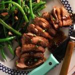 Жареная на сковороде утиная грудка с инжирным соусом